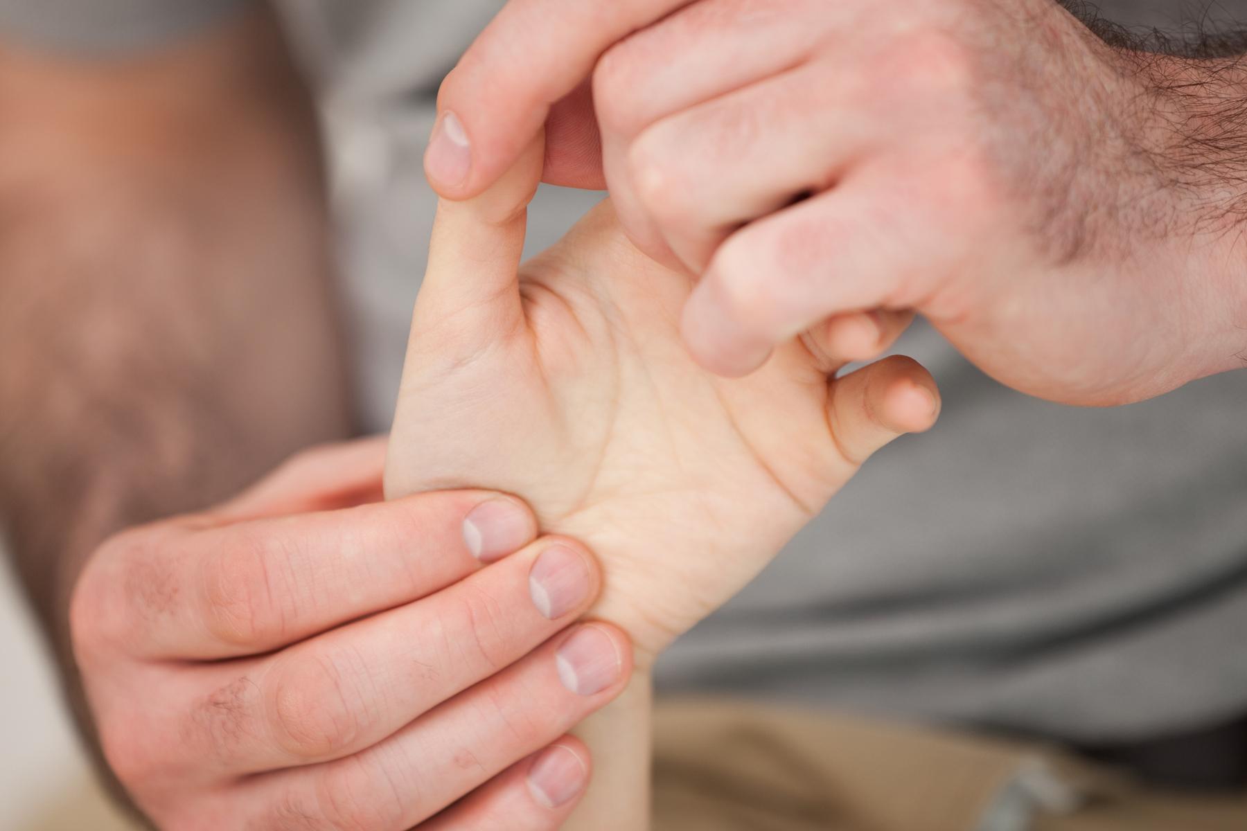 Malattie reumatiche spesso scoperte in ritardo: come riconoscere i sintomi